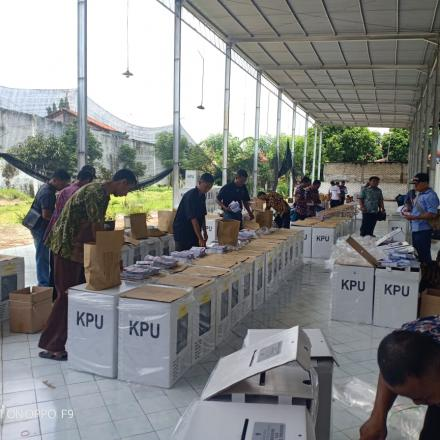 Album : Riuhnya Suasana Packing Logistik Persiapan Pemilu